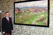 RADNICI ZDOBÍ OBRAZY Z MUZEA. Radnice si půjčila sedmnáct obrazů v hodnotě 900 tisíc korun. Ukázal nám je starosta Miroslav Mach.