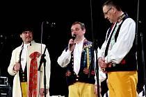 ZE ZAHÁJENÍ BÁLU. Moderátorem byl Petr Buršík (zleva) z postřekovského souboru, své zdravice k účastníkům pronesli ředitel MKS Domažlice Kamil Jindřich a starosta Domažlic Miroslav Mach.