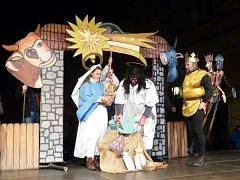 IGOR ŠLECHTA (zcela vpravo) jako jeden ze Tří králů při Vypečené vánoční suitě. Dva další krále nosí s sebou.