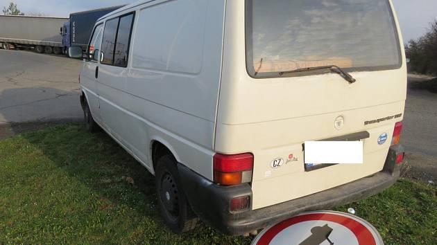 DODÁVKA PO STŘETU s kamionem narazila do značky, byla tak způsobena škoda na přední i zadní části vozu.