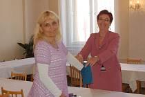 Marie Buršíková a Dagmar Murinová při losování čísel pro volební strany.