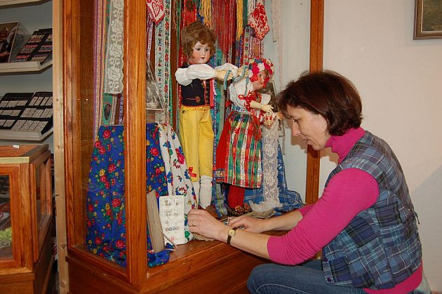 Jedna z organizátorek nové expozice Slávka Štrbová připravuje exponáty.
