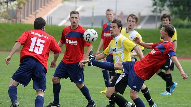 JEDENÁCT GÓLŮ PADLO v utkání Jiskry Domažlice B a Sparty Dlouhý Újezd. V dresu Benfiky nastoupil Petr Mužík, který, ač mu soupeř věnoval velkou pozornost, jeden gól dal a na šest nahrál.