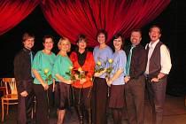 SINGTET s Alešem Cibulkou (vpravo) a exhlasatelkou Marií Tomsovou (čtvrtá zleva). Díky ní a vystoupení v pořadu Tobogán se Singtet dnes do Prahy vrací.