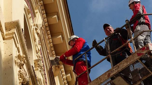 Odstraňování holubího ´nadělení´ z členité fasády vyžaduje nejen zručnost, ale i preciznost, aby nedošlo k jejímu poškození.
