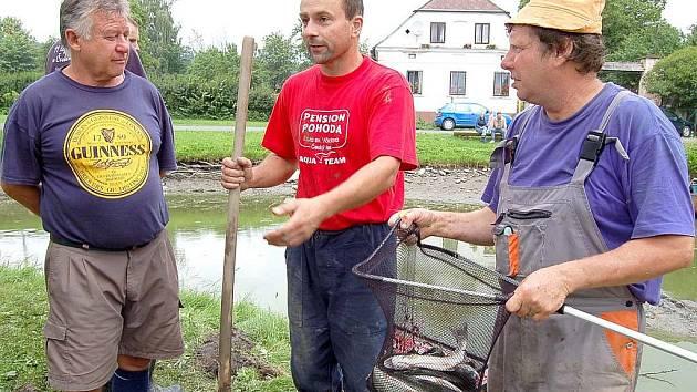 Chystané opravě hráze rybníku předcházel sobotní výlov.