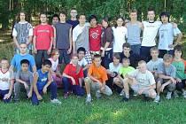 Pětadvacet mladých karatistů se třemi trenéry se zúčastnilo týdenního soustředění v Peci. Foto: Zdeněk Kubalík