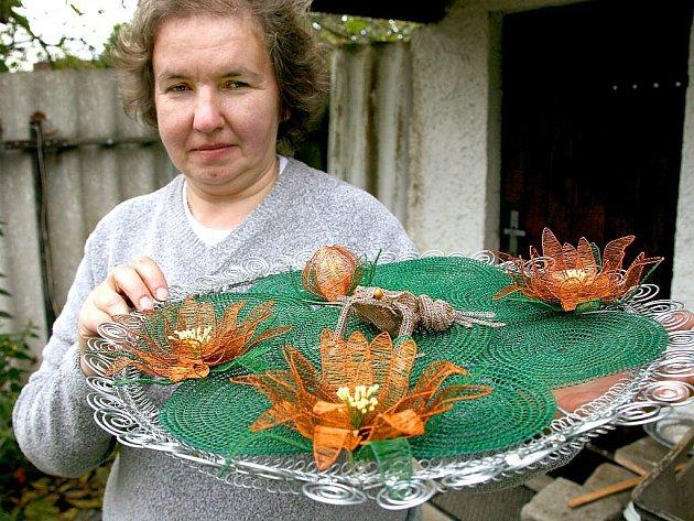 Zátiší s jezírkem, lekníny a žábou zabralo drátenici Daně Soukupové z Ostromeče téměř dva měsíce práce. Získala za ně však druhé místo v soutěži na celostátním setkání dráteníků.