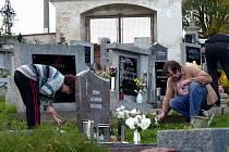 PŘED DUŠIČKAMI. Co se ani po letech nezměnilo, je ruch na hřbitovech před 2. listopadem.