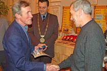 SLAVNOSTNÍ PŘEDÁVÁNÍ. Cenu za přínos běžeckému sportu na domažlickém okrese v loňském roce převzal Josef Mautner. Tu obdržel z rukou koutského běžeckého nestora Františka Märze, který toto ocenění obdržel v roce 2006.
