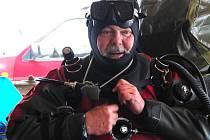 JAROSLAV HUDEC byl po novoročním ponoru letos 2. ledna červený jako rak. Viditelně však byl velice spokojený.