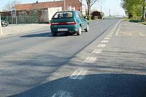 Řidiči budou muset po silnici I/26 přes Březí jezdit opatrně. Zatím není znám datum, kdy vyjeté koleje zmizí.