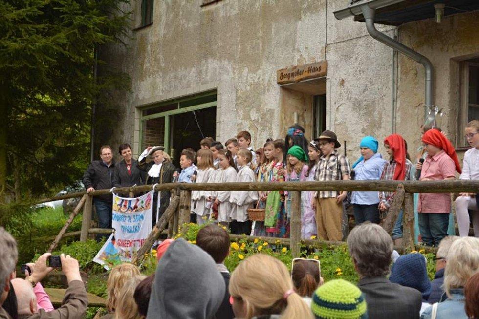 Školáci z Poběžovic a Schönsee sehráli pohádku o Sněhurce.