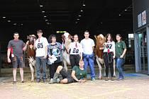 TŘÍ VÍTĚZNÉ RED-HOLŠTÝNSKÉ KRÁVY na Národní výstavě v Brně s chovateli a studenty, kteří se o ně na výstavě starali.