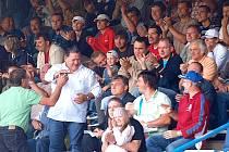 Diváci na stadionu Střelnice v Domažlicích slaví gól.