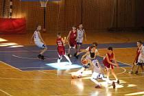 V sobotu nastoupí mladí baskeťáčci Jiskry Domažlice U11 ( v bílém) proti vrstevníkům z BK Klatovy (v červeném) venku, o den později sehrají odvetu na domácí palubovce.