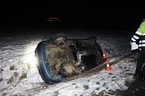 Opilý řidič dostal mezi Domažlicemi a Kdyní smyk a přejel do protisměru, kde se střetl s protijedoucím vozidlem.