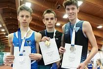 Čtrnáctiletý výškař AC Domažlice Pavel Froněk (vlevo) vybojoval osobním rekordem 184 cm stříbrnou medaili a titul vicemistra České republiky žáků ve skoku vysokém na atletickém šampionátu v Praze. Překonal ho pouze o dva centimetry nový český mistr Jan De