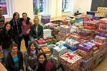 Studenti integrované střední školy živnostenské v Plzni letos pomohli roztřídit 674 krabic s vánočními dárky.