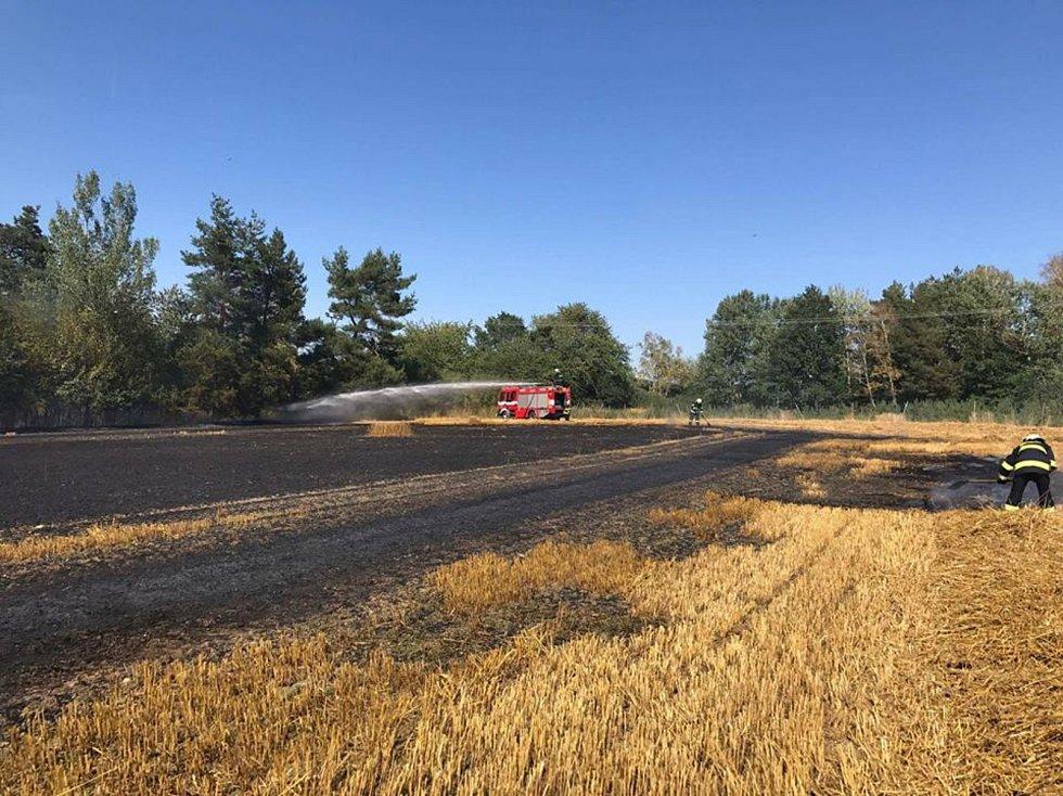 Z pondělního požáru pole v Chřebřanech