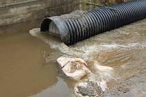 Plastová roura zvýšený příval vody nepojme. Stává se naopak překážkou v toku.
