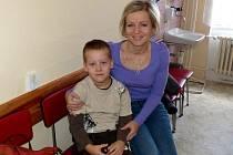 PAVLÍK VONDRAŠ MUSEL S MAMINKOU PAVLÍNOU K LÉKAŘI. Draženovský předškolák onemocněl virózou, již předtím dostal jeho bratr.