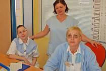 S odchodem svých zapracovaných kolegyň se často setkávají i  zdravotní sestry z interního oddělení Domažlické nemocnice (na snímku). Jejich některé spolupracovnice odešly do nemocnic, kde jim za práci nabídli lepší ohodnocení.