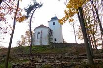 PROUD ČASU. Pohled přes terasy tohoto projektu Jakuba Oravy na ohroženou památku – kostel sv. Václava.