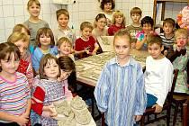 Děti vyráběly čerty z keramiky.