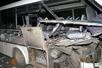 Bočnice náklaďáku rozpárala autobus po celé délce.