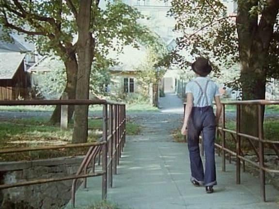 Ve 40.minutě filmu sleduje Málek chlapce sbuřinkou. Záběr pochází zlávky přes řeku Zubřinu, pohled na Branskou ulici.