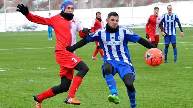 Fotbalisté Jiskry (na snímku hráči v modrobílých dresech ze zápasu zimní přípravy proti Karlovým Varům) se v sobotu pokusí obrat o body pražský Vyšehrad.