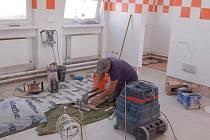 NOVÉ OBKLADY  v mrákovské  školní kuchyni jsou součástí její velké rekonstrukce.