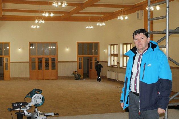 Rekonstrukce hotelu Šumava jdou do zdárného konce a sál se připravuje na páteční akci vyhlášení Sportovce roku za Domažlicko.