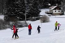 Z CAPARTIC. Sníh napadl pozdě také před třemi lety, kdy si ho jeho milovníci mohli o druhém lednovém víkendu na capartické louce konečně užít.