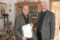OCENĚNÍ předal Franzi Leitnerovi předseda Kruhu přátel Domažlice – Furth im Wald Hermann Plötz.