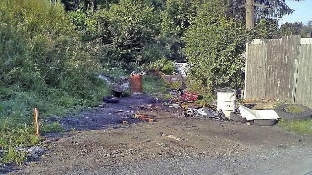 JENÍKOVICE. Foto z pátečního rána. V sousedství domu, kde bydlí zmíněná skupina obyvatel, jsou jasné známky po pálení, rozebírání aut a dalších činnostech, jimiž se zabývají.