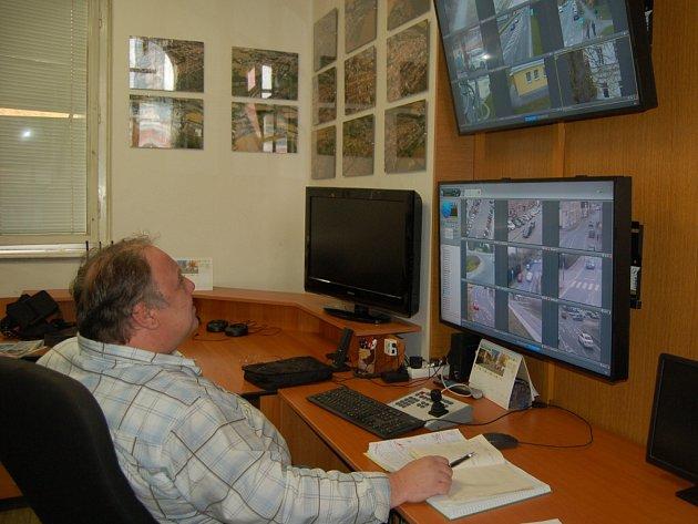 Pult centrální ochrany má na starosti obsluha kamerového systému.