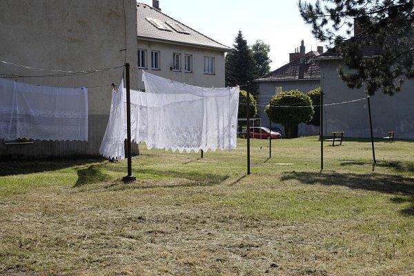 SÍDLIŠTĚ 28.ŘÍJNA je již posekané a hospodyňky mohou opět bez starostí věšet prádlo.