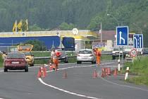 část nové silnice už je hotovo ve Folmavě. Dírey v místě bývalých kontrol zůstaly.