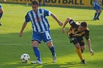 PETR MUŽÍK, střelec druhého gólu Jiskry, v souboji se střelcem branky Litole Michalem Bohdanem.