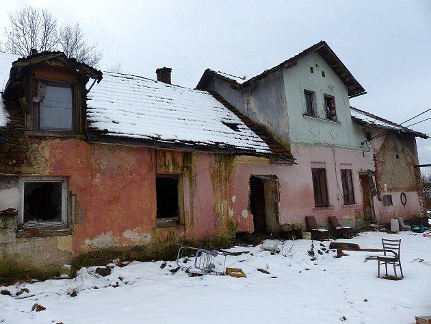 Dům, jehož obyvatelé nedopřávali svým sousedům klidu, je od léta opuštěný. Chybí v něm nejen dveře, ale i železné zárubně, o ´pořádku´ kolem a uvnitř nemůže být řeč.