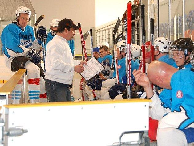 VÁLEČNÁ PORADA. Na snímku střídačka HC Tempa Staňkov při nedávném utkání proti HC Hasiči. To Staňkovští vyhráli 4:1, když ve druhé třetině ´hasičům´nasázeli tři góly.