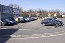 Místo parkoviště by měla stát policejní služebna.