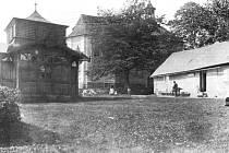 Svatý Vavřinec, kaple, pavilon a bývalá poustevna na historické fotografii z doby okolo roku 1910.