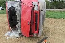 Řidička Fordu Transit dostala smyk a skončila s dodávkou na boku