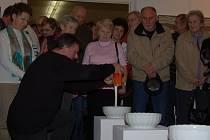 Z vernisáže děl Pavla Štýbra v domažlické galerii.