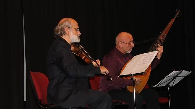 Přemysl Vracek (vpravo) a houslista Návrat (vlevo).