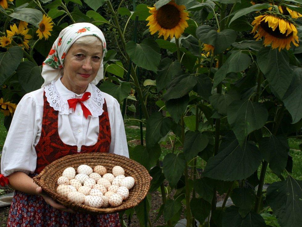 Zdobení vajec pomocí drátkování.