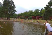 Lidé se v horkých dnech osvěžují i u rybníka Babylon.